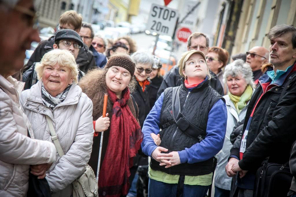 Etwa 20 Leute lauschen gespannt den Erzählungen zum Wiener Geh-Cafe in Währing. Foto von Christian Fuerthner.
