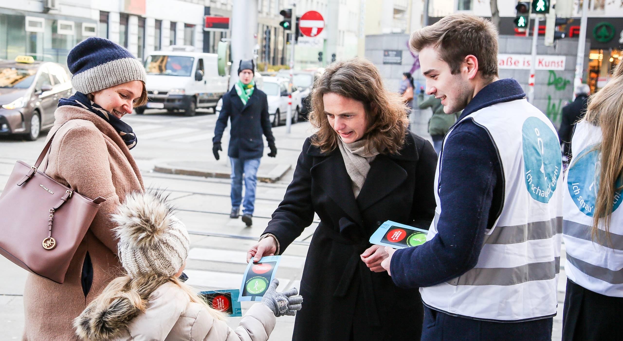 Petra Jens, Fußverkehrsbeauftragte der Stadt Wien und das Aktionsteam der Mobilitätsagentur informieren Passantinnen und Passanten zum sicheren Verhalten an der Ampel. Foto: Christian Fürthner
