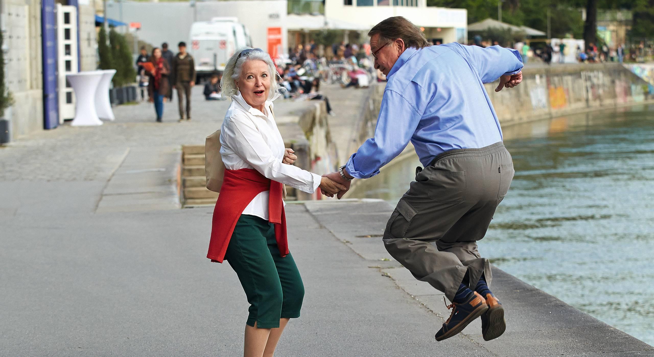Ein älteres Paar geht vergnügt am Donaukanal spazieren. Foto von Hans Ringhofer