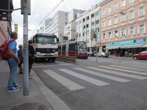 Eine Straßenbahn fährt gerade in eine Haltestelle ein. Es ist eine Inselhaltestelle. Sie befindet sich in Fahrbahnmitte. Foto von Maria Grundner