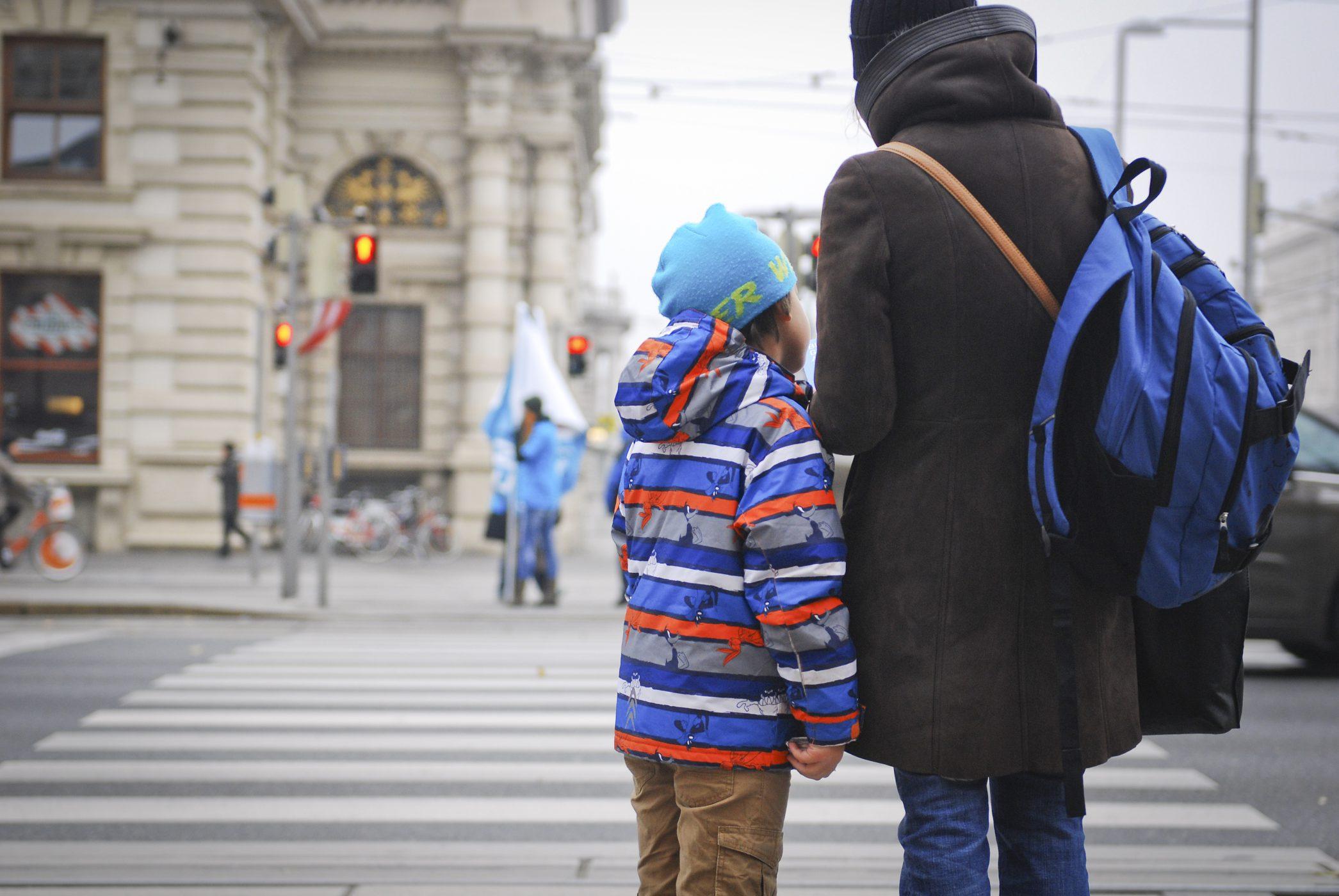 Mutter und Sohn warten gemeinsam an einer Ampel auf die Grünphase. Foto von Gerd Götzenbrucker