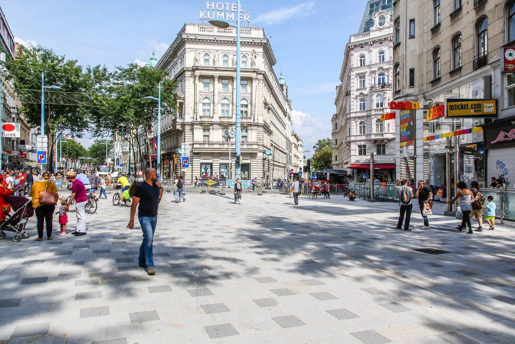 Fußgänger flanieren entlang der neugestalteten Mariahilferstraße.
