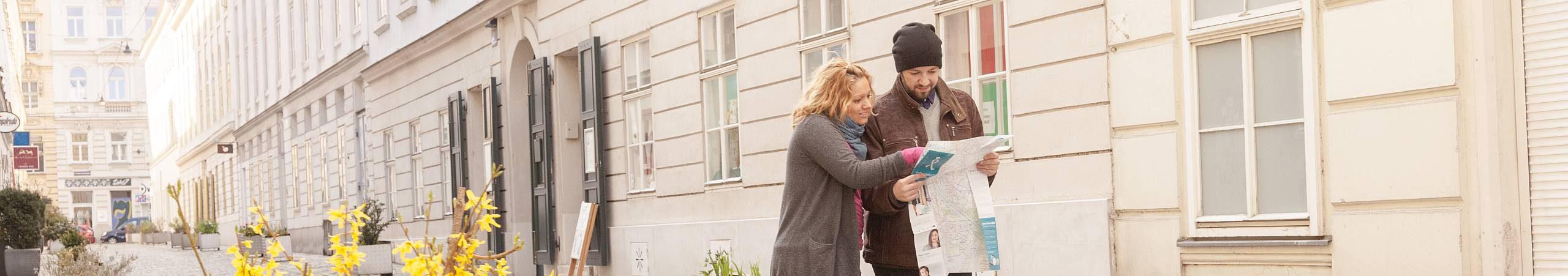 Ein junges Paar unterhält sich angeregt über den besten Fußweg von A nach B. Foto von Stephan Doleschal