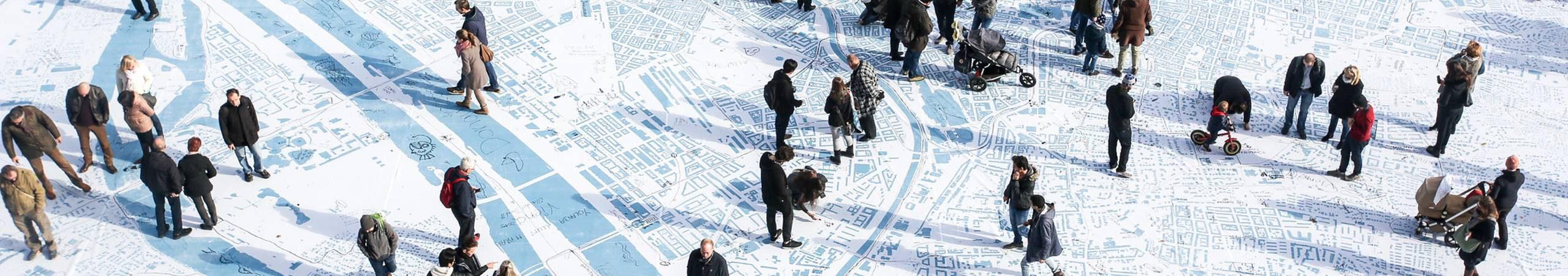 Besucher des Urban Village am Rathausplatz staunen über die größte Wienkarte aller Zeiten. Foto von Christian Fuerthner