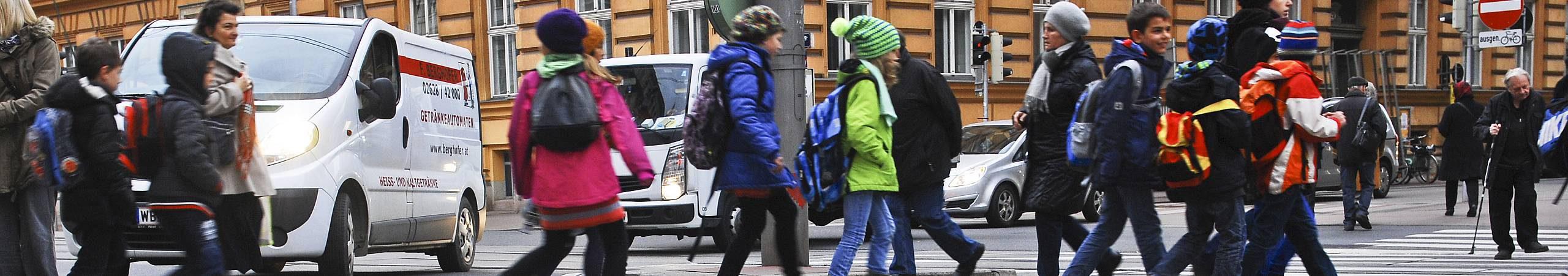 Eine Schulklasse überquert die Straße. Foto von Gerd Goetzenbrucker