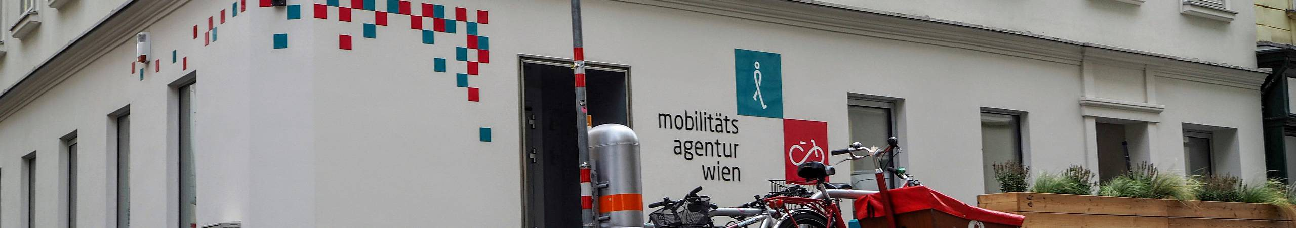 Vor dem Büro der Mobilitätsagentur parken viele Fahrräder. Foto von Daniel Böhm