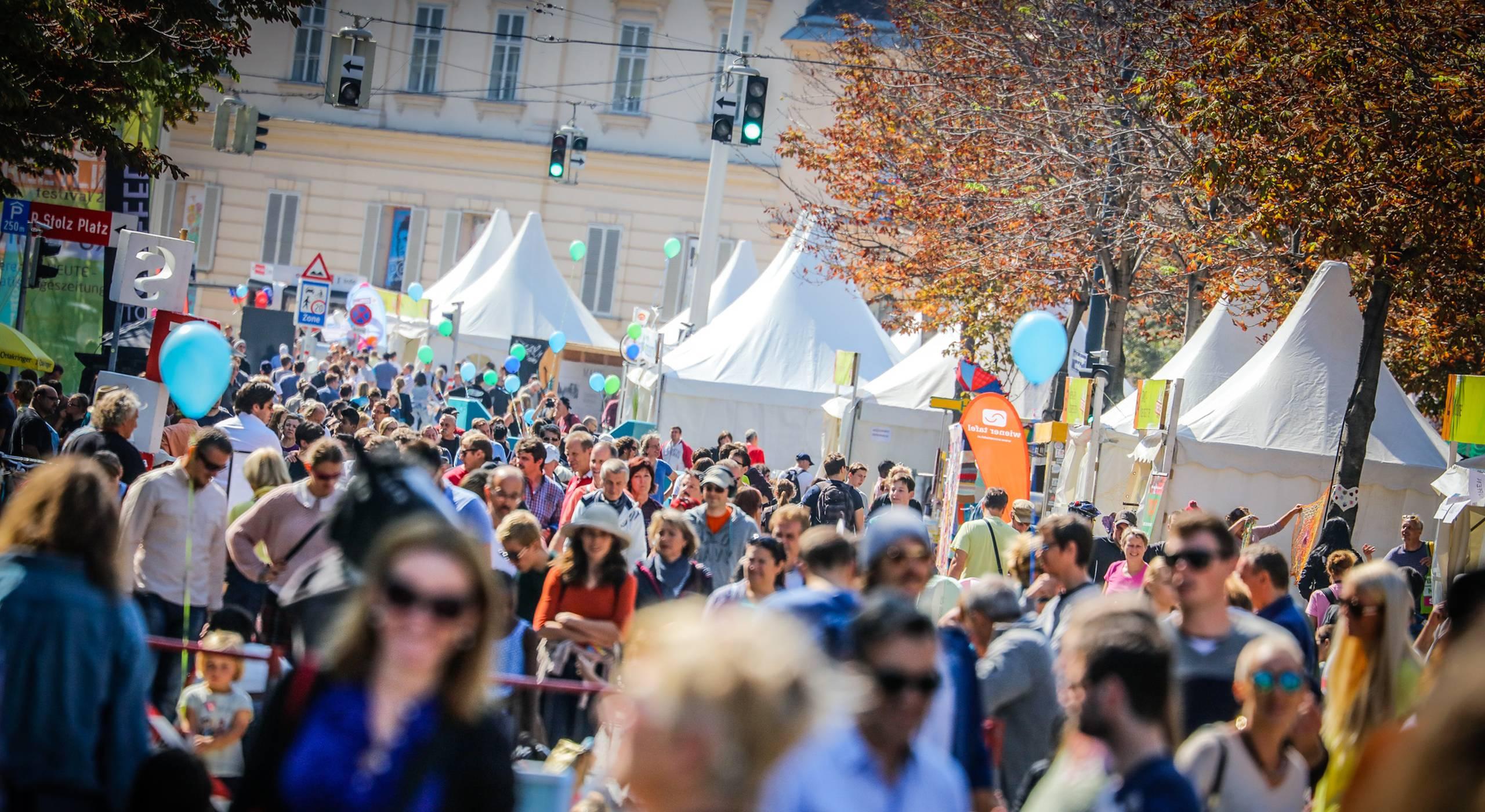 Hunderte Menschen beim Streetlife Festival in der Babenbergerstraße