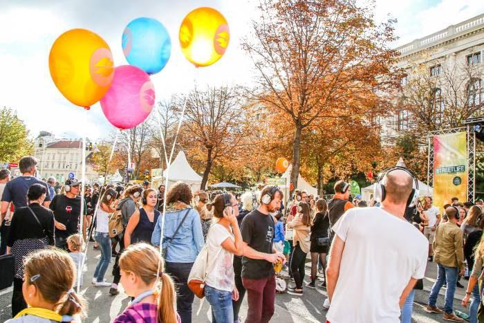 Menschen tanzen beim Streetlife Festival auf der Bebenbergerstraße. Foto Christian Fürthner
