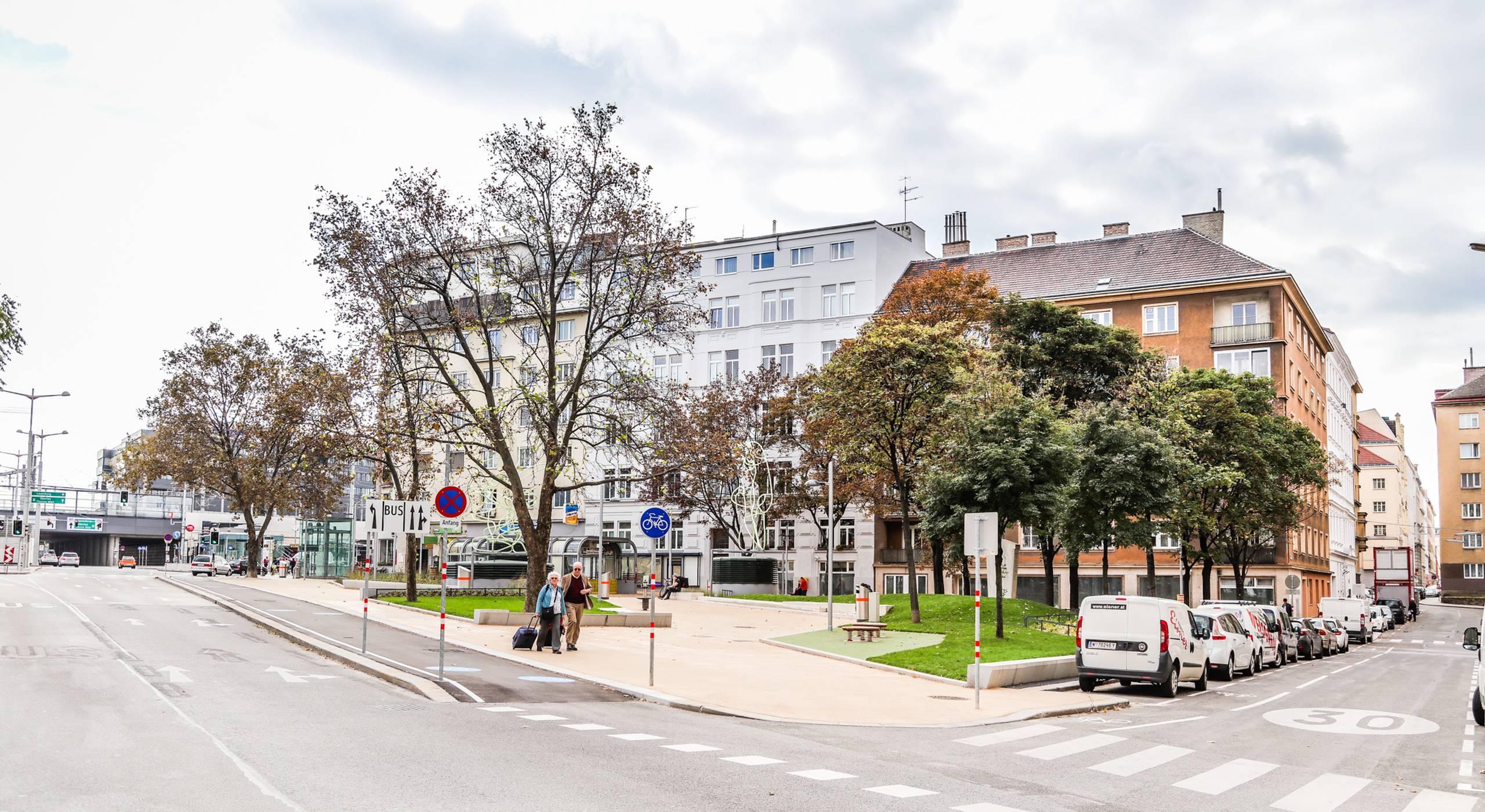 Grünflächen, Sitzbänke und Trinkbrunnen sorgen am Südtiroler Platz f+ür mehr Aufenthaltsqualität. Foto: Christian Fürthner