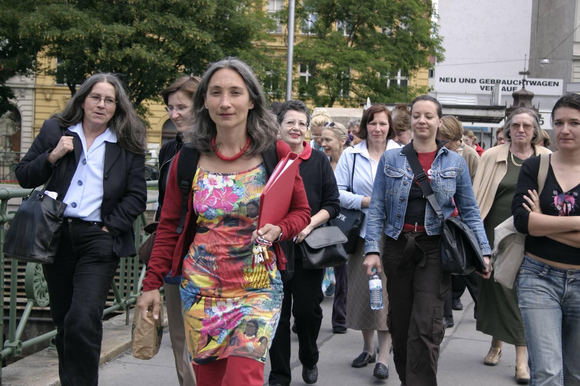 Am 9. Juni 2006 fand unter der Leitung von Petra Unger der Mariahilfer Frauenspaziergang statt. 59 Frauen spazierten durch die Geschichte Mariahilfs ... Petra Unger groß im Bild