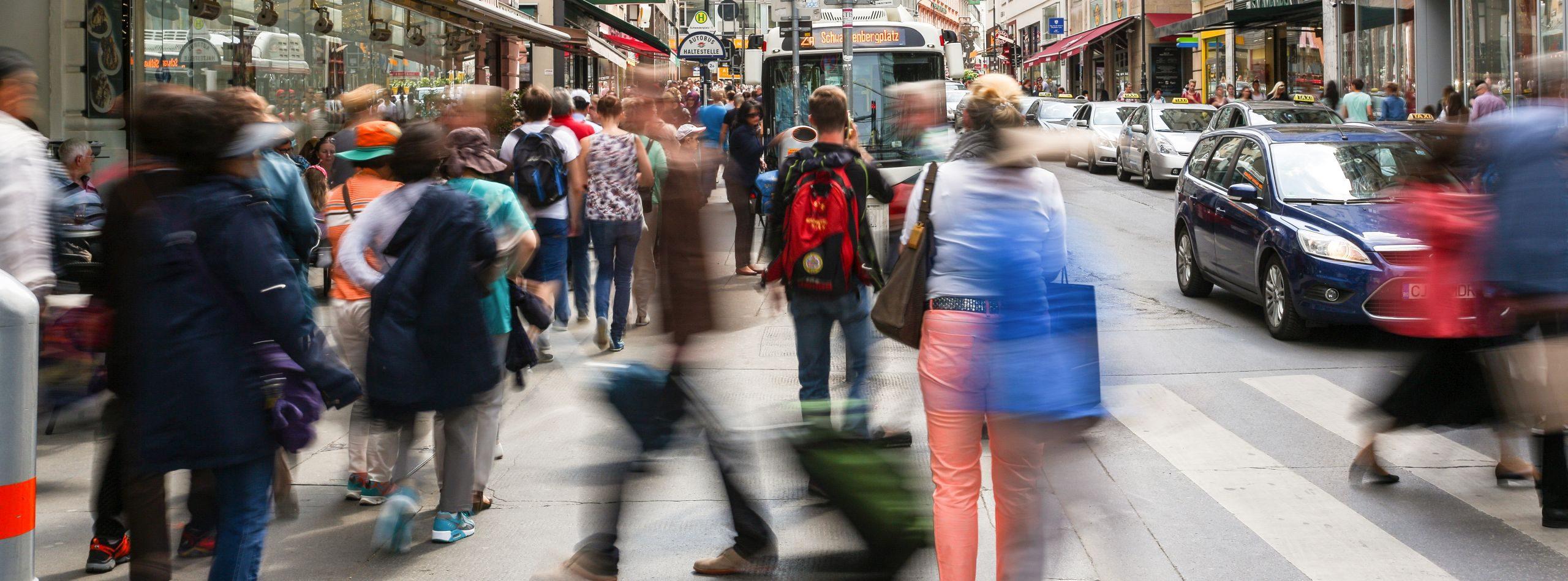 Menschenmenge auf der Rotenturmstraße im 1. Bezirk Wiens.