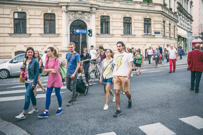 Männer und Frauen die gemeinsam bei WALK with me im 3. Bezirk spazieren gehen und dabei die Stadt entdecken. Foto: Heidi Pein