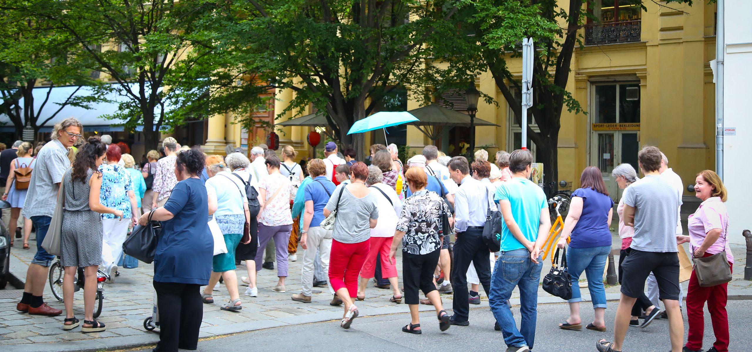 Spaziergang auf der Praterstraße. Eine Gruppe Menschen überquert die Straße auf Höhe des Johann-Nestroy-Denkmals auf der Praterstraße. Foto: Christian Fürthner
