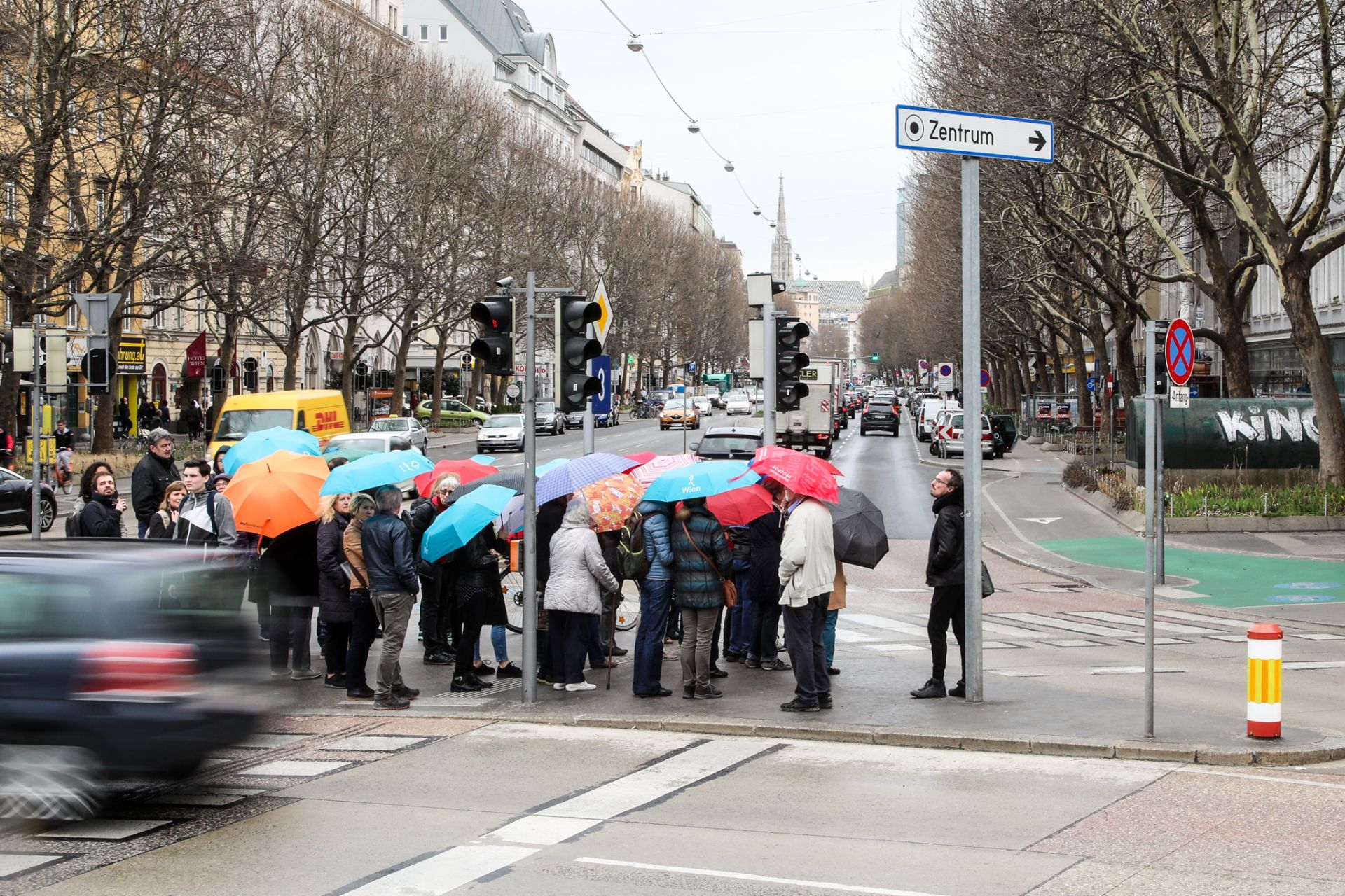 Eine Gruppe Personen wartet am Praterstern bis die Fußgängerampel grün wird um dann die Straße Richtung Praterstraße überqueren zu können. Foto: Christian Fürthner