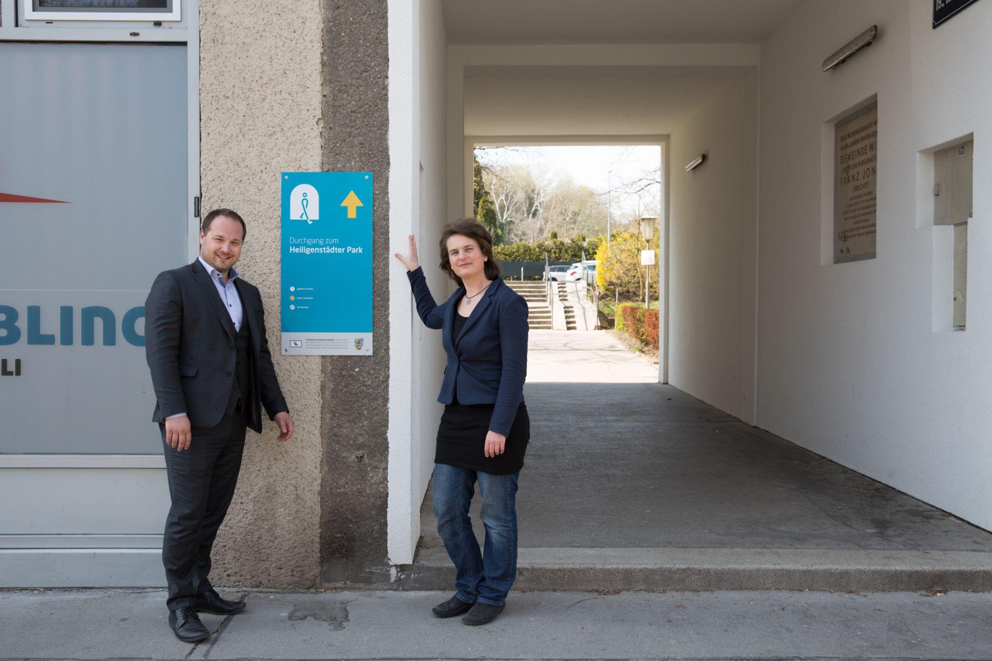 Bezirksvorsteher Daniel Resch und Fußgängerinnen-Beauftragte Petra Jens beim markierten Durchgang Heiligenstädterstraße 141 in Döbling.