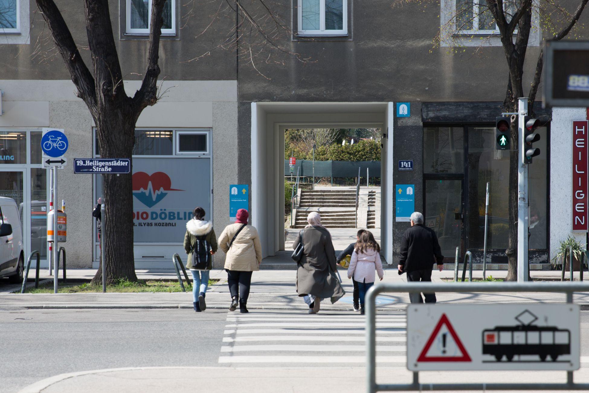 Öffentlicher Durchgang in der Heiligenstädter Straße in Döbling. Er ist mit blauen Schildern markiert.