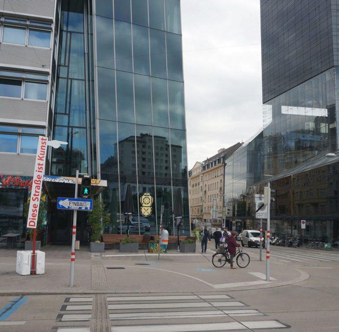 Taborstraße. Kunstprojekt diese Straße ist Kunst von Hans Heisz.