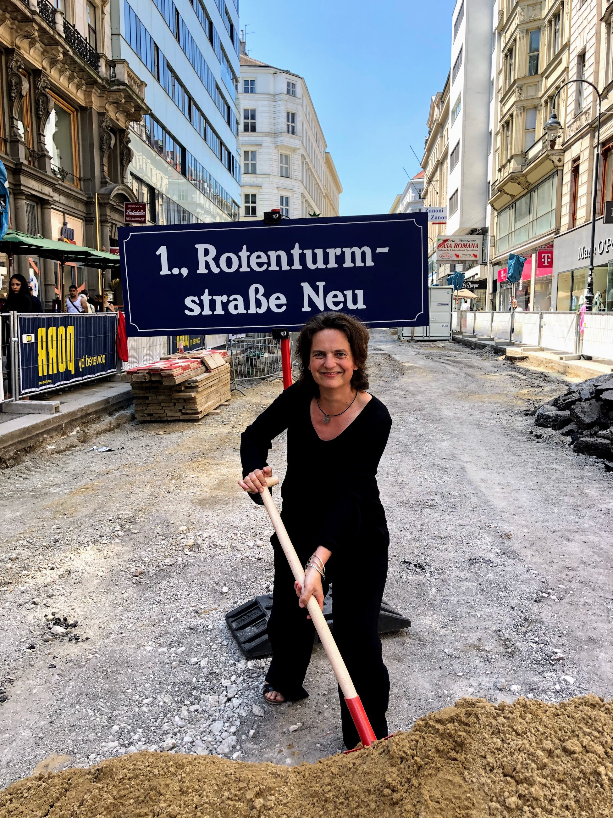 FußgängerInnen-Beauftragte Petra Jens beim Spatenstich auf der Rotenturmstraße.
