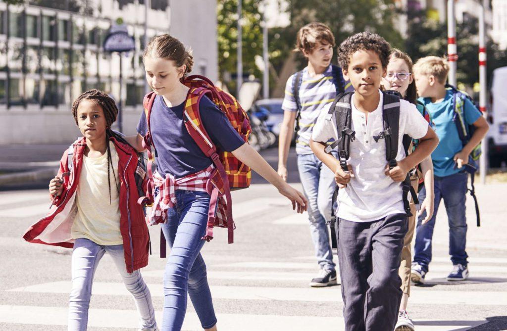 Schulkinder auf dem Weg zur Schule.