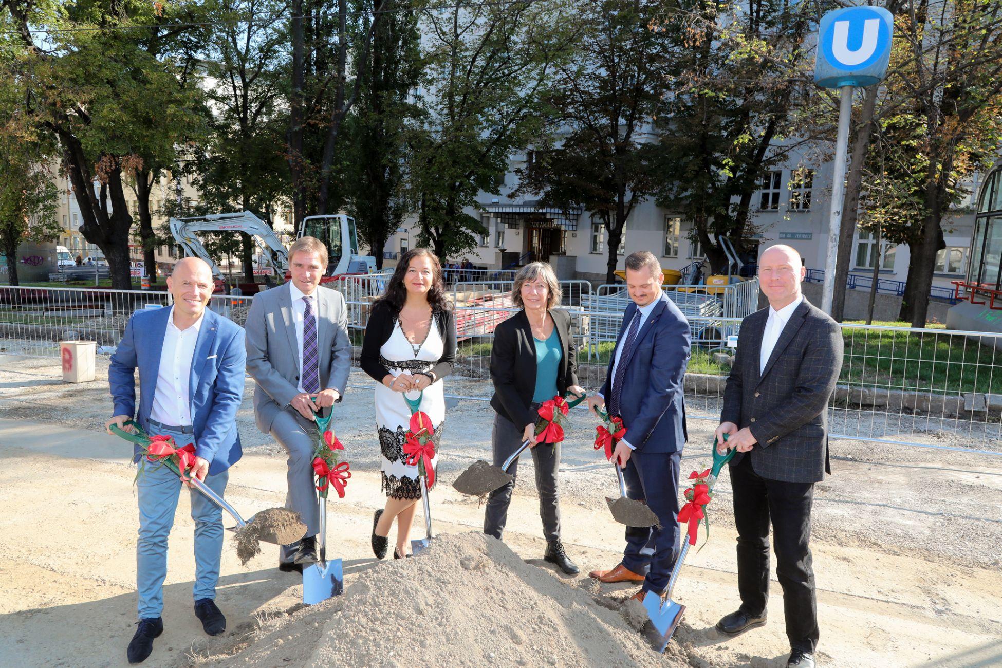 Die Stadträtinnen Hebein und Simma und Bezirksvorsteher Marcus Franz beim Spatenstich am Reumannplatz. Der Platz wird umgestaltet, die Bauarbeiten werden bis Sommer 2020 dauern.