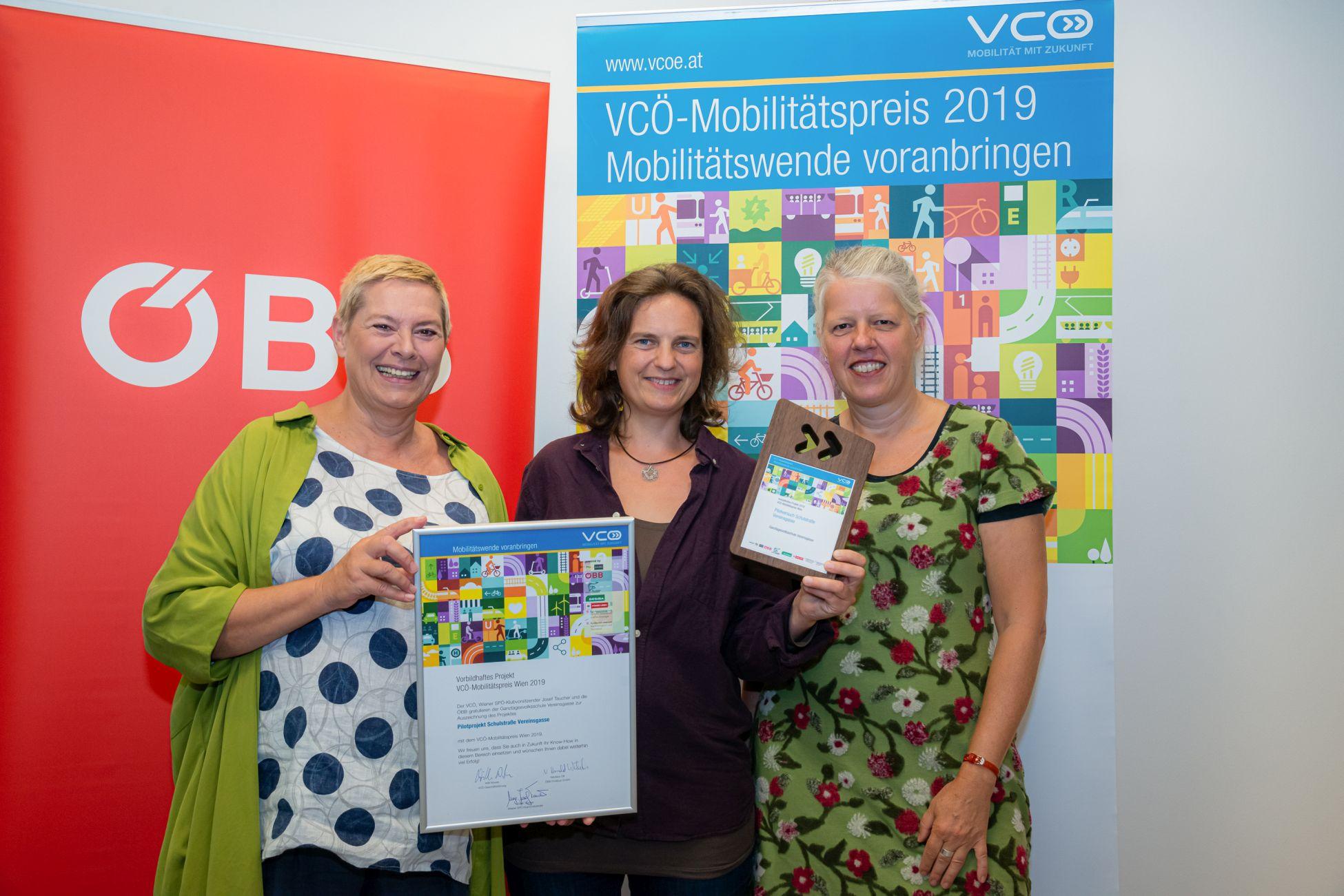Preisverleihung des VCÖ Mobilitätspreis Wien. Ausgezeichnet wurde die Schulstraße Vereinsgasse. Direktorin Gabi Lener, Bezirksvorsteherin Uschi Lichtenegger und FußgängerInnen-Beauftragte Petra Jens nahmen den Preis entgegen.