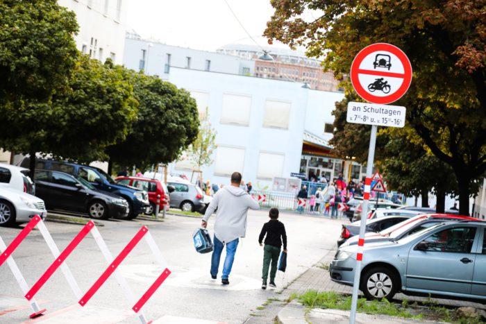 An Schultagen wird vor der VS Fuchsröhrenstraße die Straße für 30 Minuten für den Autoverkehr gesperrt. Das bringt mehr Sicherheit für die Kinder.