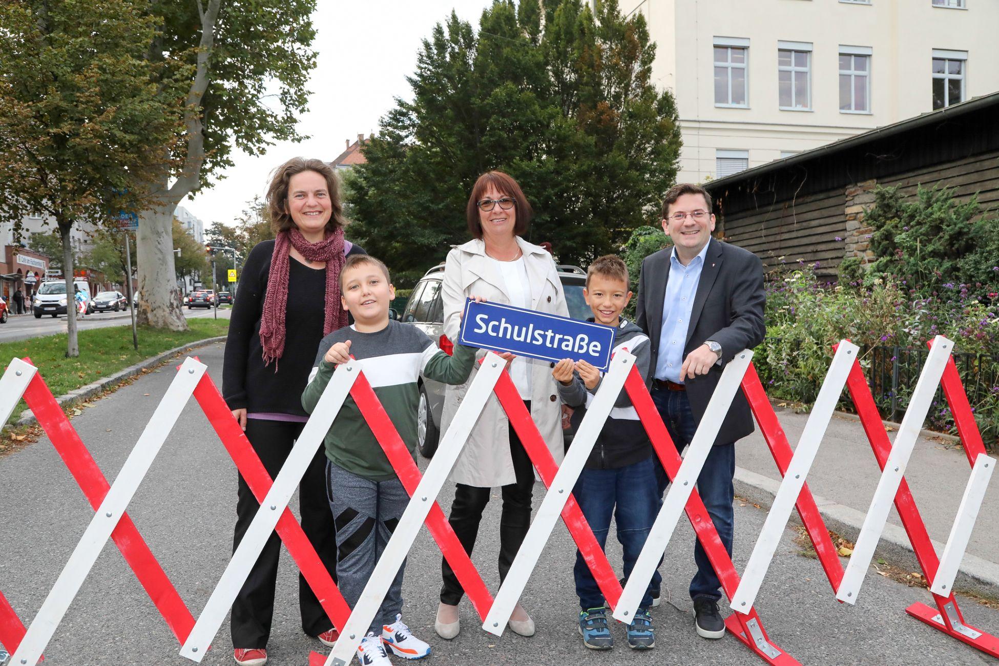 Vor der Volksschule Deckergasse im 12. Bezirk gilt seit Schulbeginn 2019 Schulstraße. Ein Fahrverbot für Kfz von 30 MInuten vor Unterrichtsbeginn.