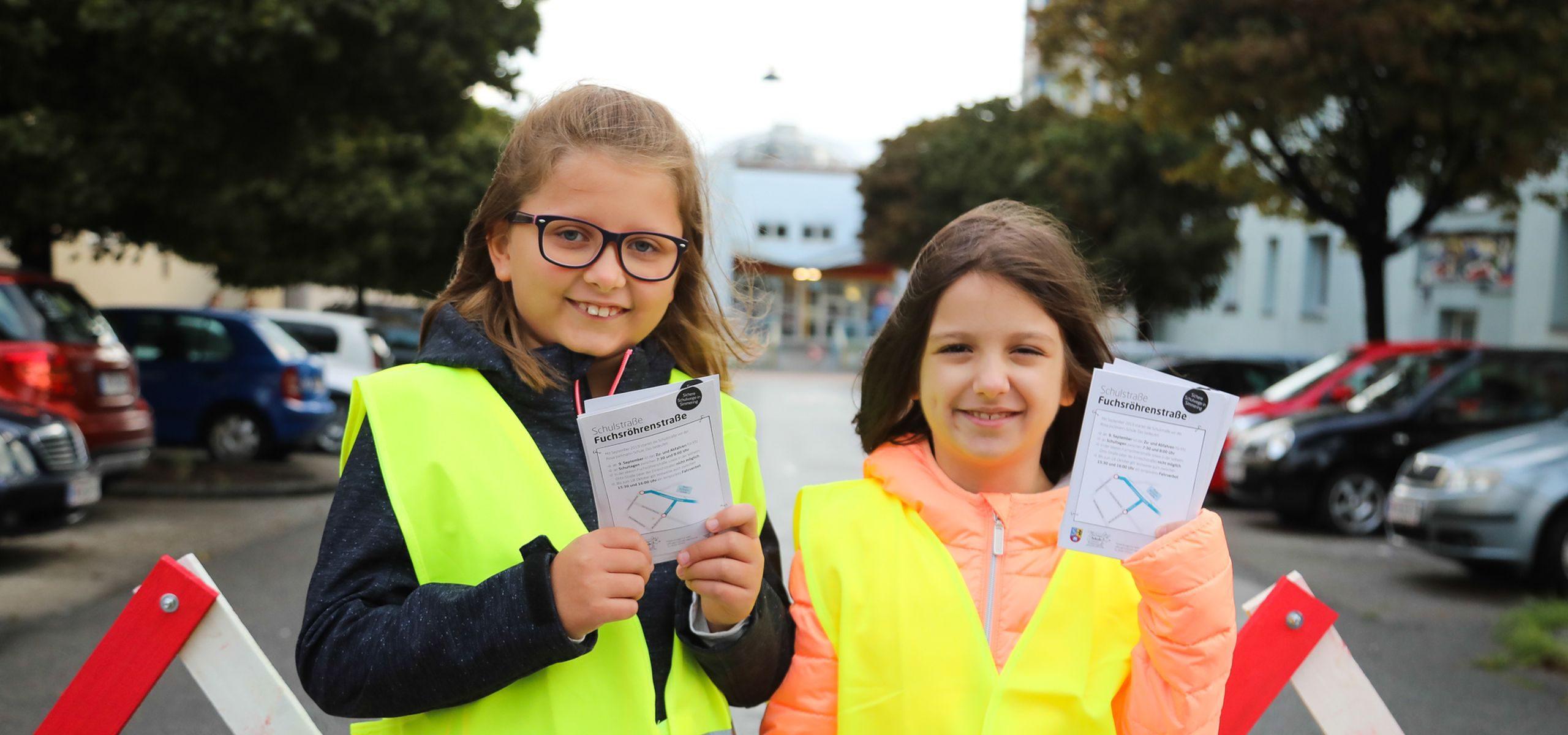 Schülerinnen der Volksschule Fuchsröhrenstraße machen auf das morgendliche Fahrverbot aufmerksam.