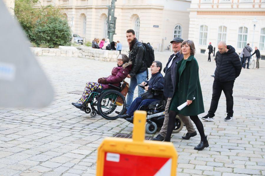 Lokalaugenschein bei der Baustelle am Minoritenplatz. BIZEPS Obmann Martin Ladstätter, Expertin für Barrierefreiheit der Mobilitätsagentur Maria Grundner und Vizebürgermeisterin Birgit Hebein.