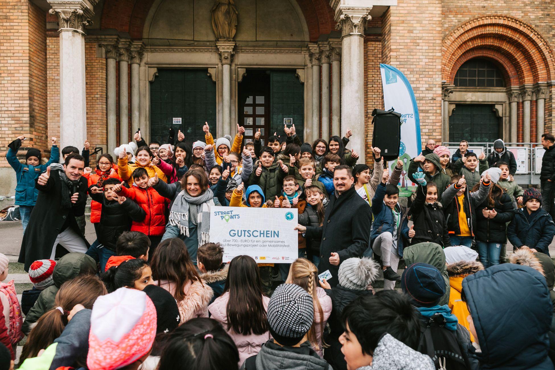 Hunderte Kinder freuten sich beim Finale von Street Points in Favoriten mit BV Franz und Fußverkehrsbeauftragter Petra Jens über hunderttausende gemeinsam gegangene Kilomter.