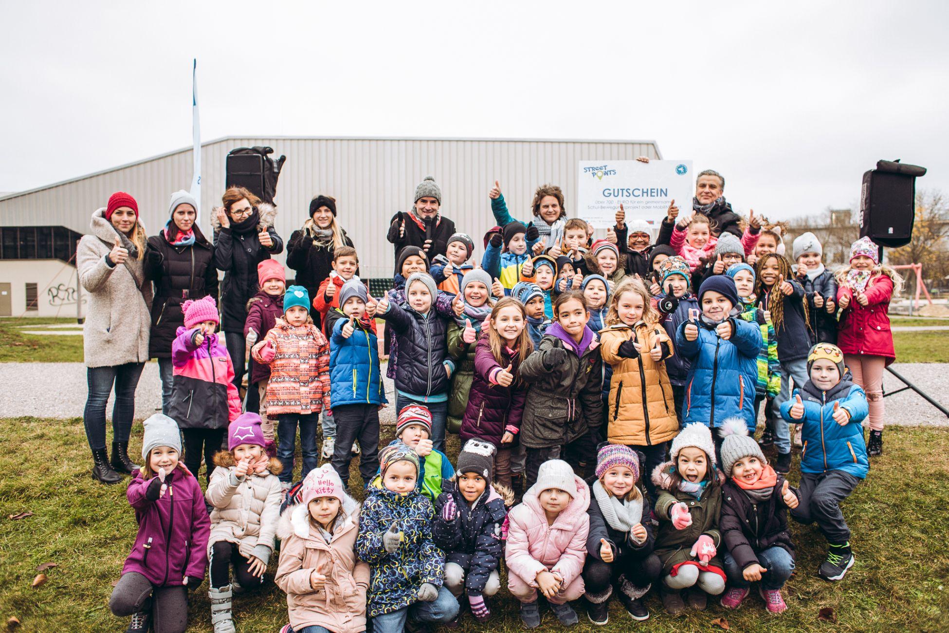 Hunderte Kinder freuten sich beim Finale von Street Points in Donaustadt mit Fußverkehrsbeauftragter Petra Jens und Gemeinderat Josef Taucher über hunderttausende gemeinsam gegangene Kilometer.