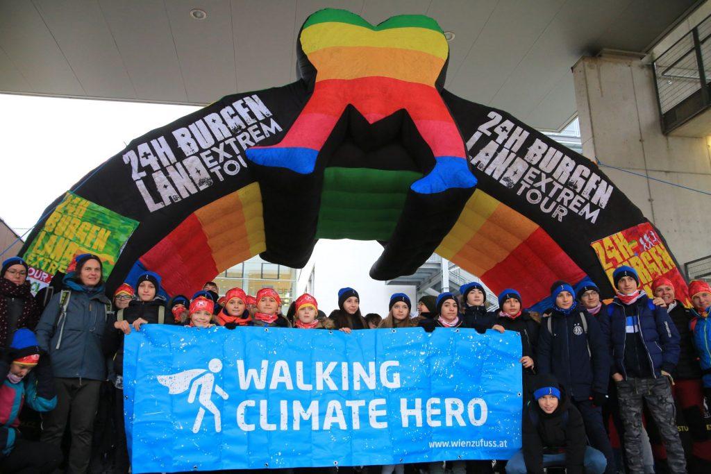 """Mehr als 200 Schülerinnen und Schüler starteten bei der """"School of Walk"""", einer 30 Kilomter langen Winterwanderung entlang des Neusiedlersees im Burgendland."""