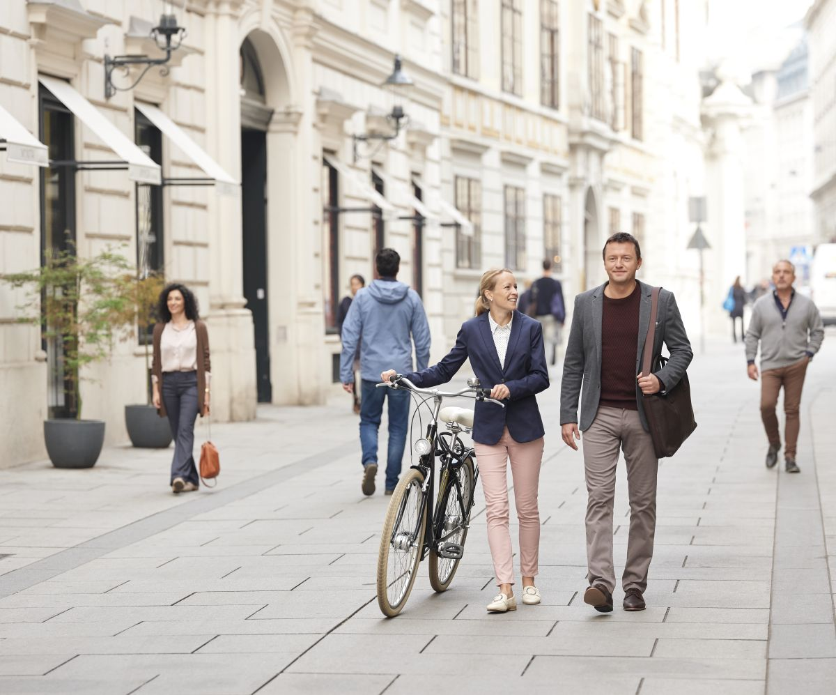 Fußgängerin und Fußgänger spazieren durch die Herrengasse.
