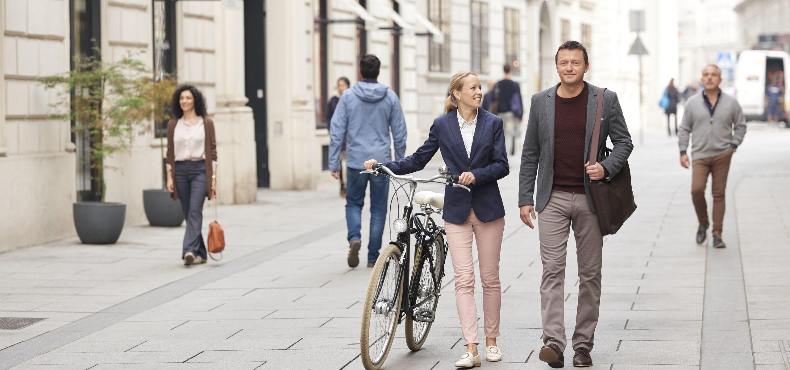 Eine Frau und ein Mann gehen gemeinsam durch die Herrengasse.