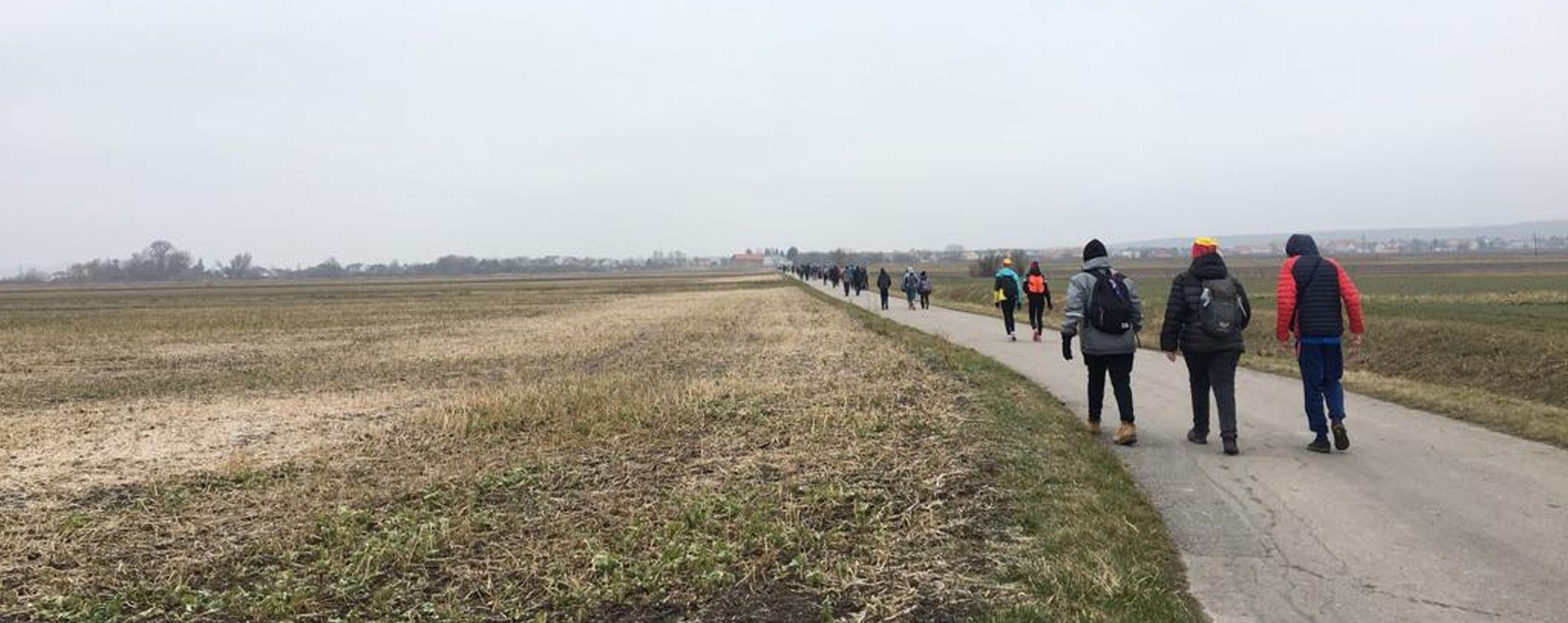 Jugendliche gehen entlang des Neusiedlersees zu Fuß. Im Rahmen der Winterwanderung