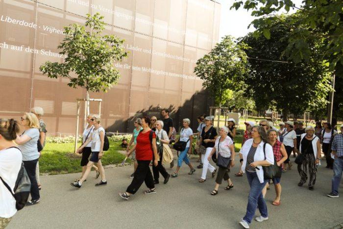 Menschen beim Rundgang am Heldenplatz