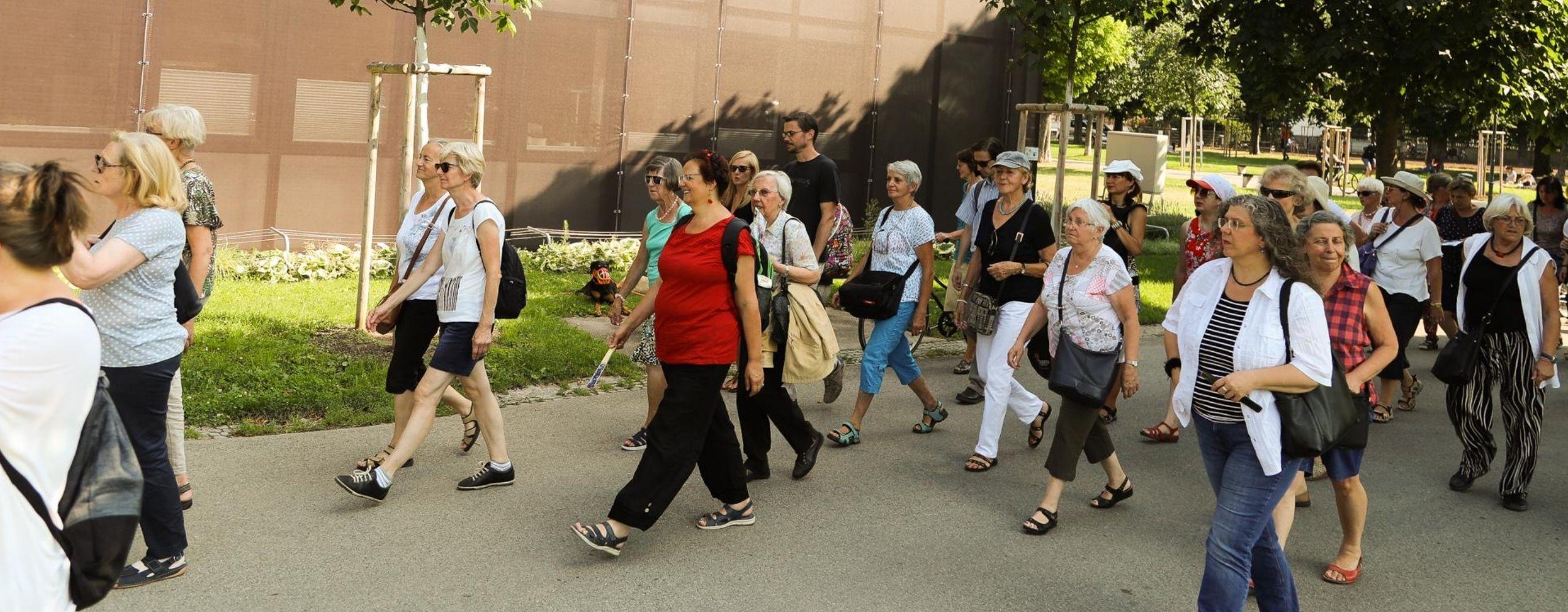 Menschengruppe beim Rundgang am Heldenplatz