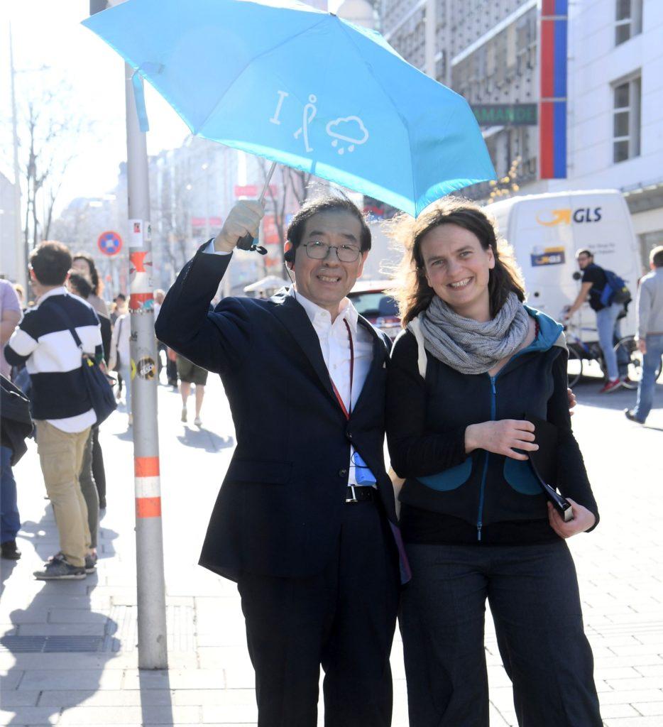 Petra Jens, Fußverkehrsbeauftragte der Stadt Wien und Park Won-soon, Bürgermeister von Seoul, Südkorea auf der Mariahilfer Straße.