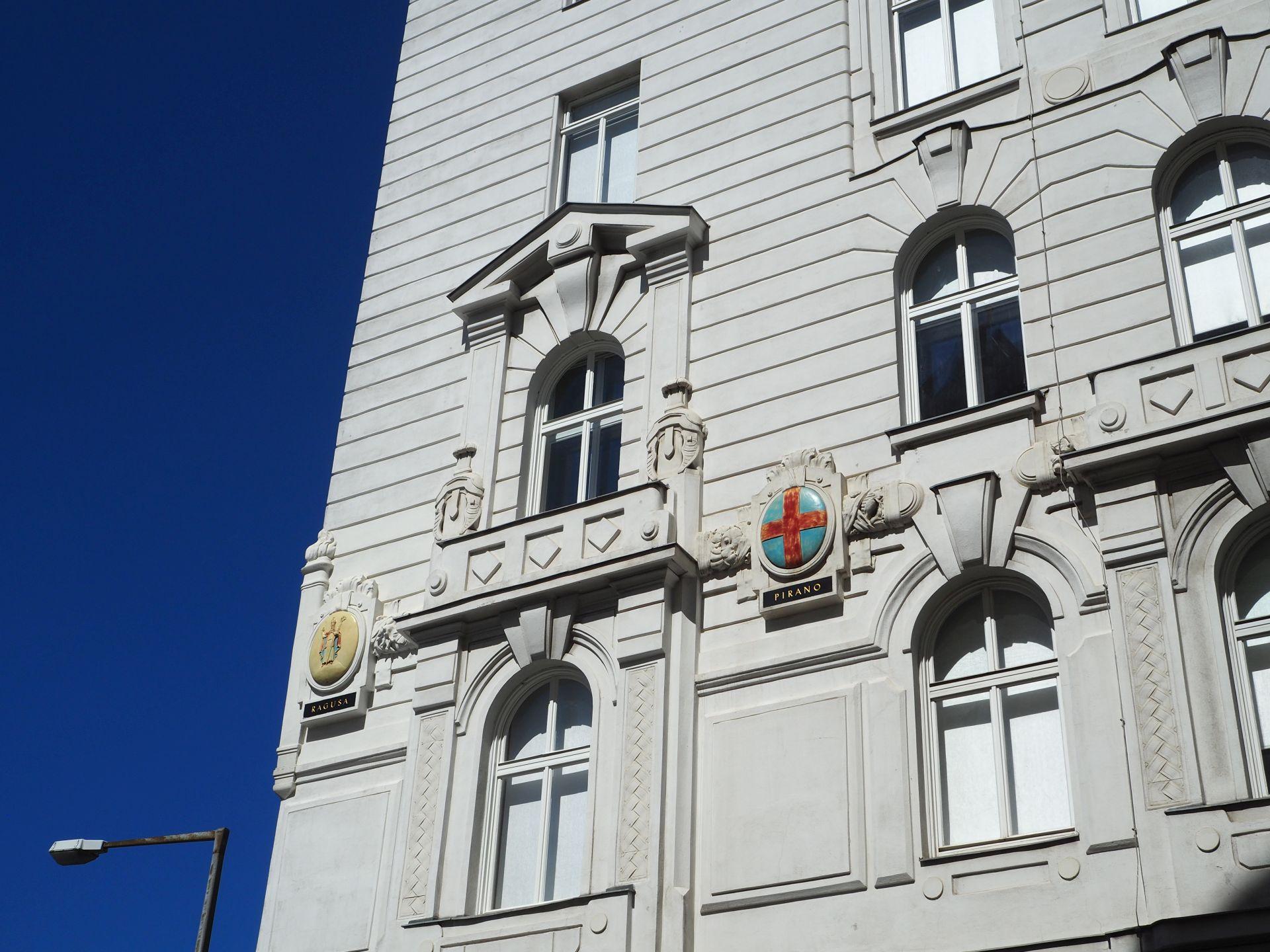Fassade der ehemaligen Marinesektion in der Vorderen Zollamtsstraße