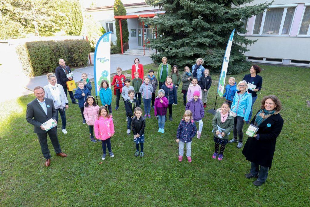 Gruppenfoto vor der Volkschule Prückelmayrgasse in Liesing zum Start des Bewegungsspiels Street-Points.