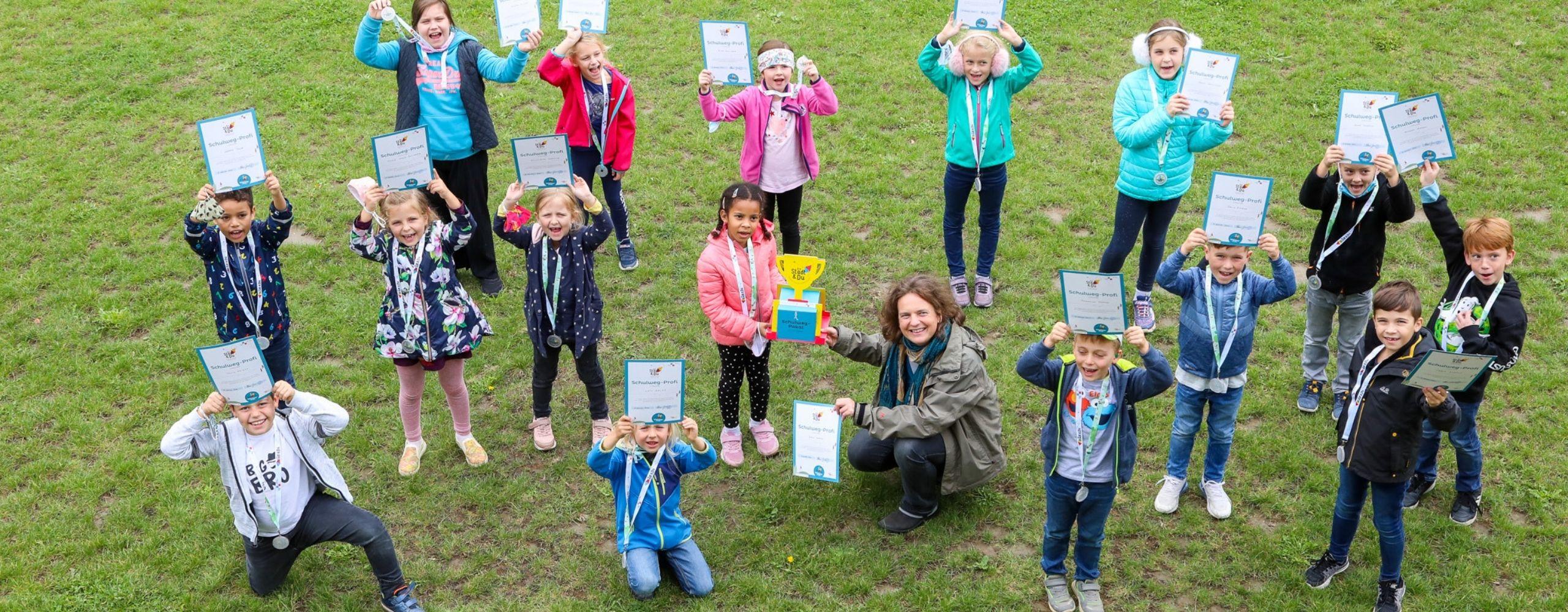 Kinder der GTVS Wulzendorfgasse mit ihren Urkunden und dem Pokal von