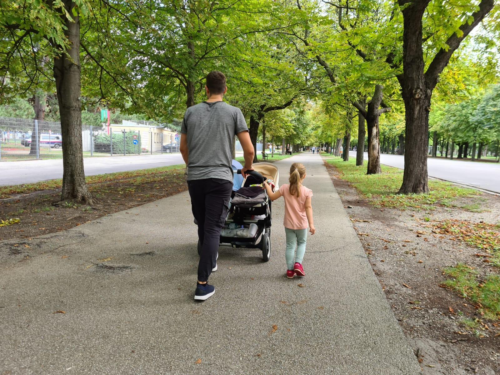 Florian mit seinen beiden Toechtern beim Spazieren gehen