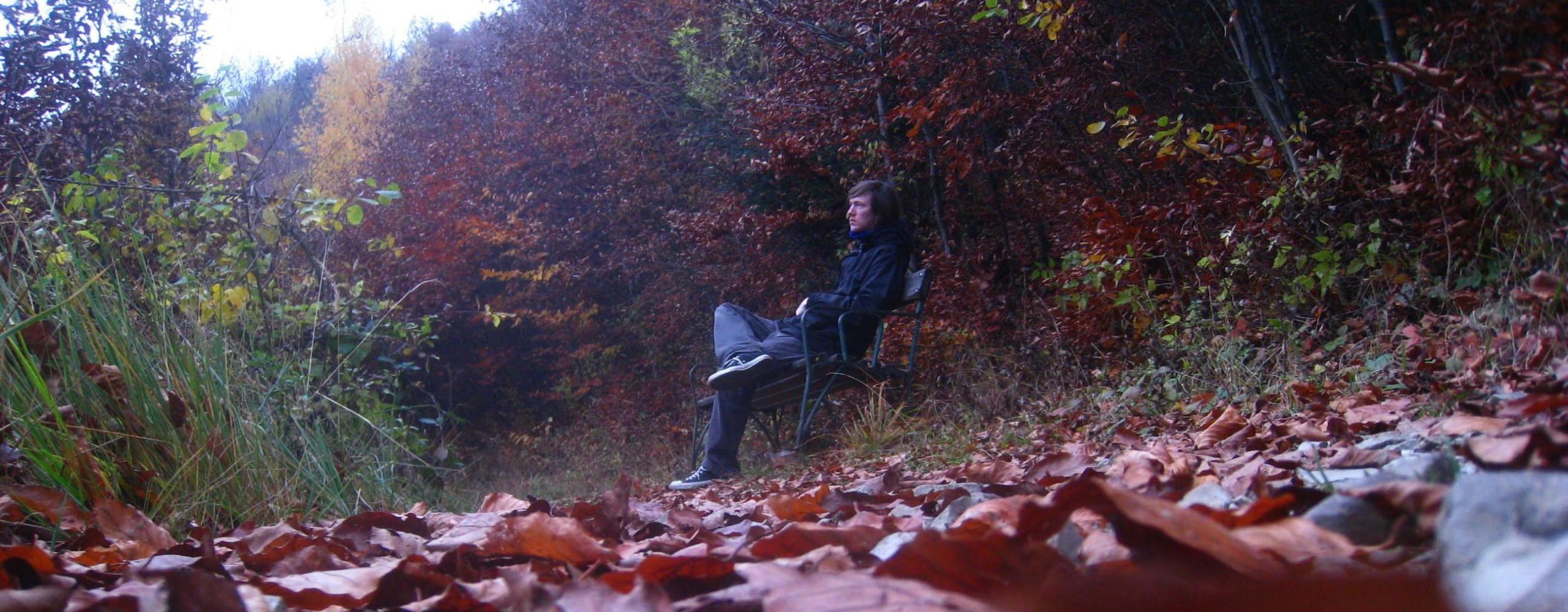 Loris im Herbst auf einer Parkbank