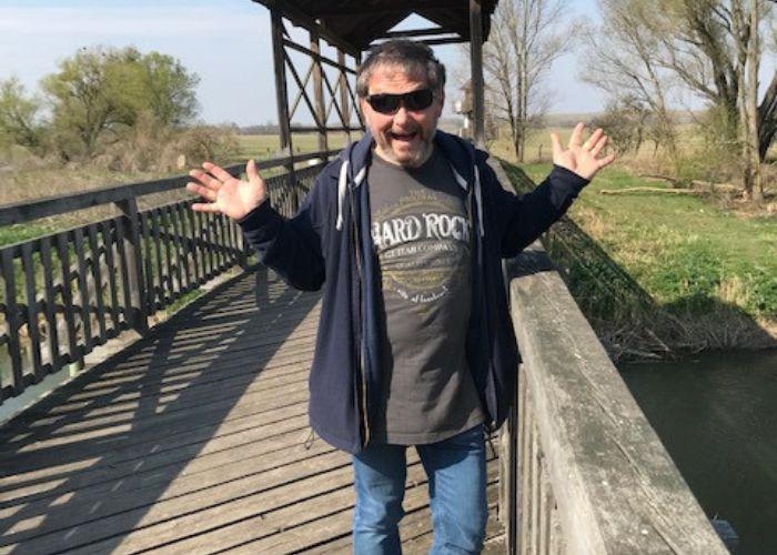 Gerhard auf der Brücke in Andau im Frühjarh 2020