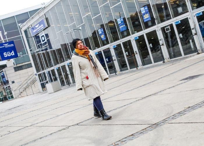 Fußgängerin geht an der Wiener Stadthalle vorbei.