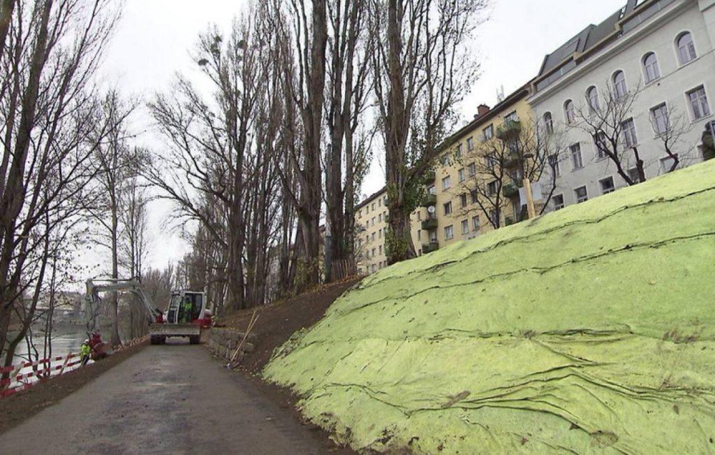 Bau eines Fußwegs am Donaukanalufer.