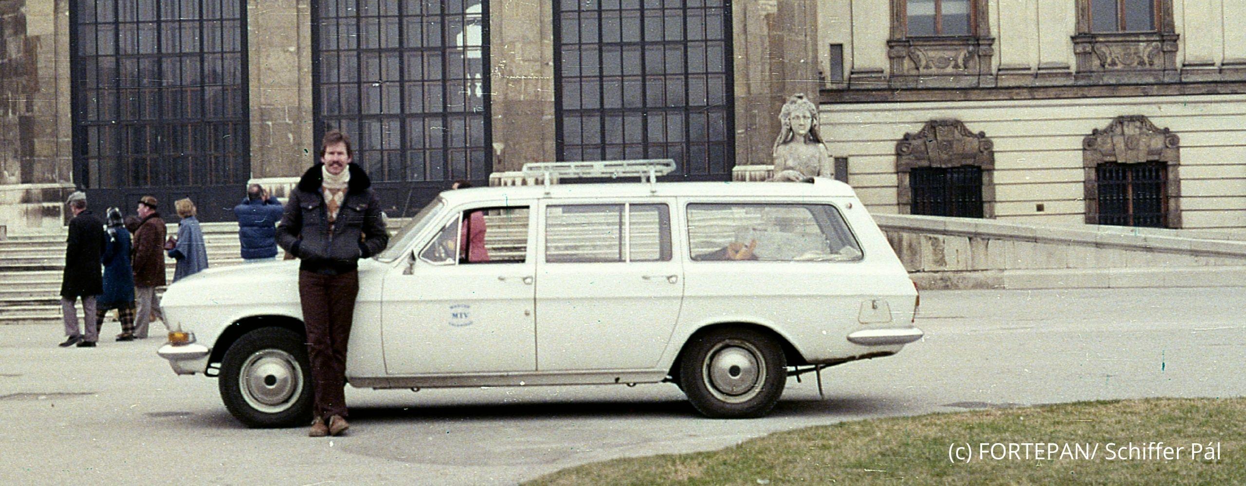 Mann mit Auto vorm Belverdere