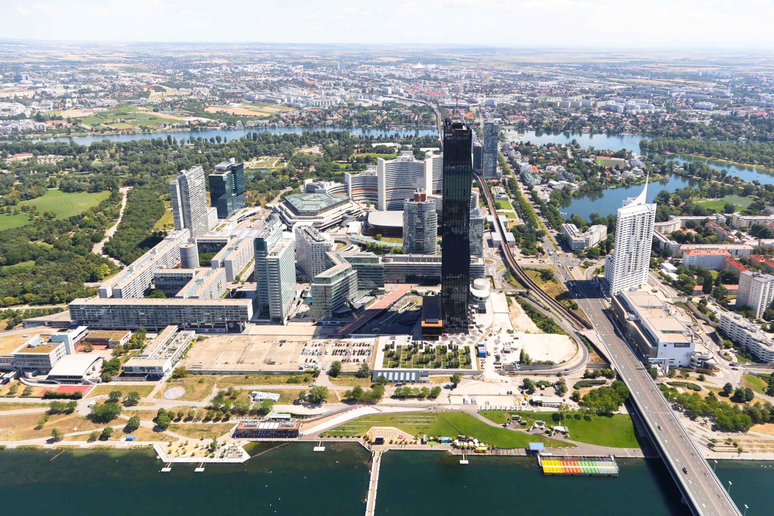 Donau City von oben: im Vordergrund der DC Tower, dahinter UNO-City und Austria Center und die anderen Hochhäuser auf der Donauplatte