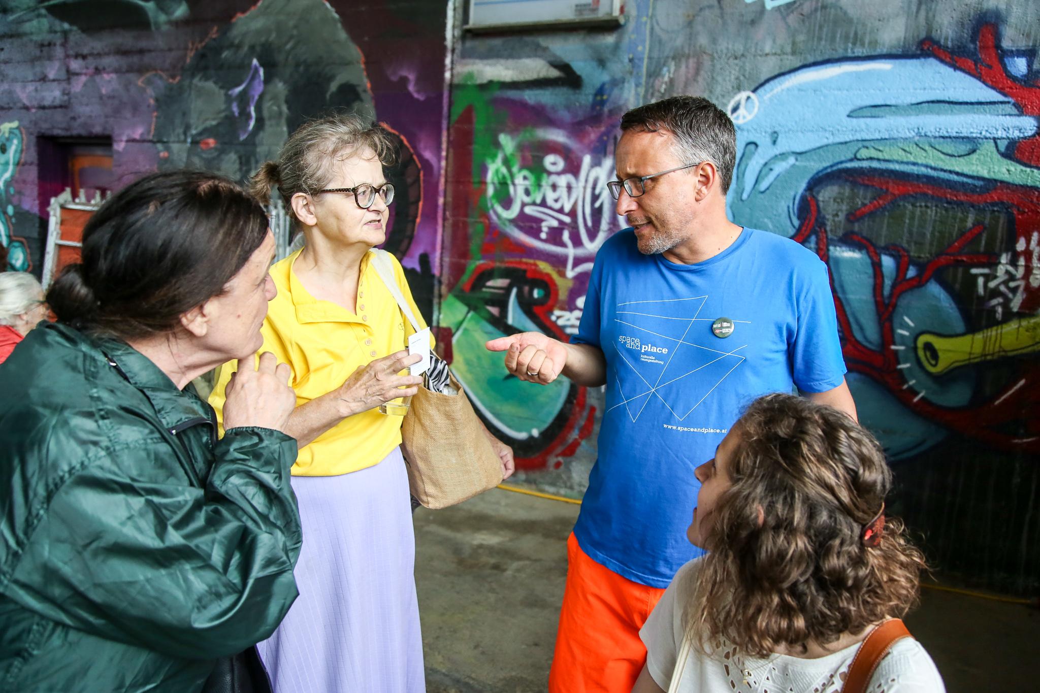 Eugene Quinn im Gespräch mit Teilnehmerinnen am Geh-Café am Donaukanal