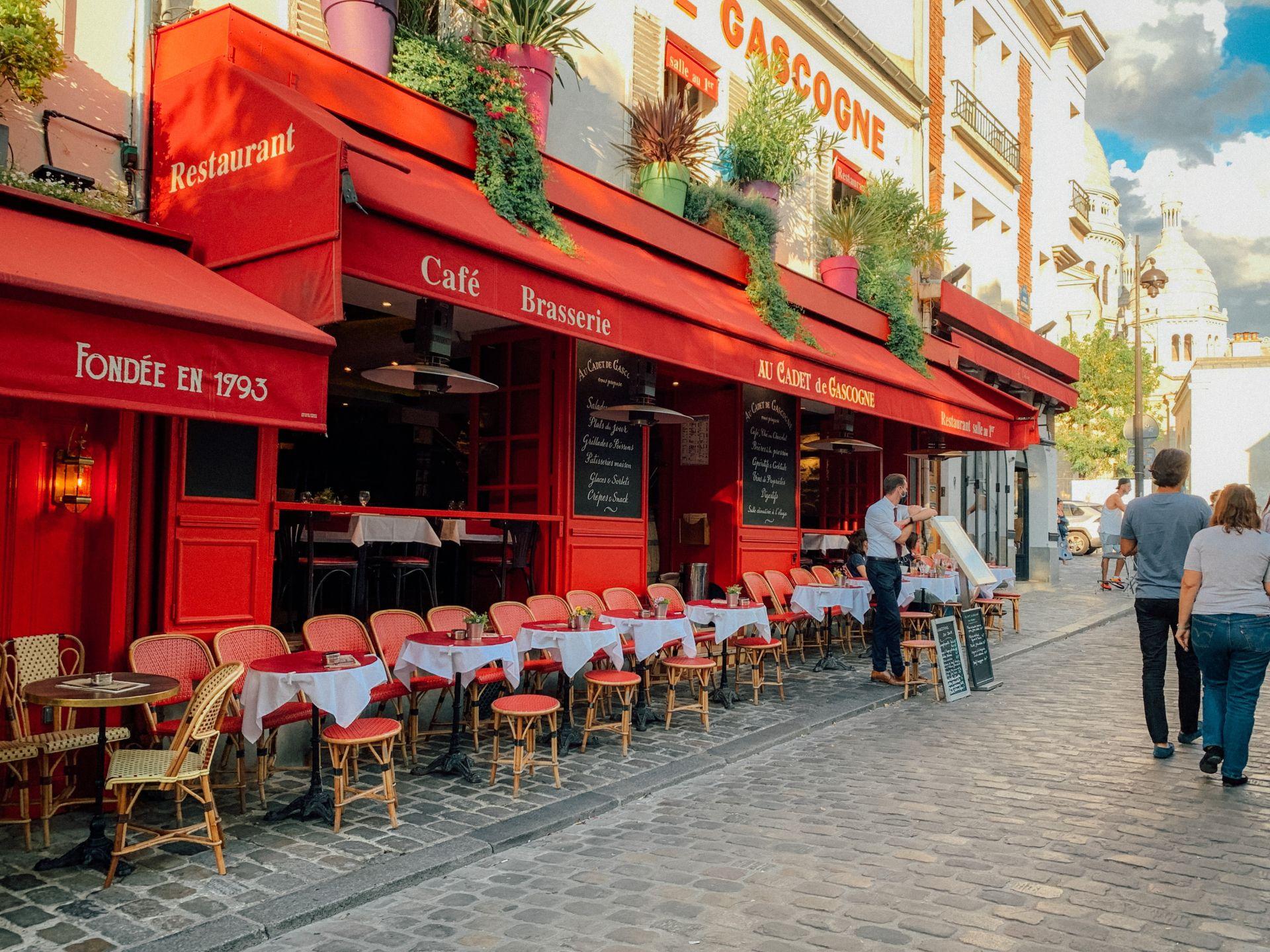 Lokal in Paris, bei dem die Sessel im Schanigarten alle Richtung Straße ausgerichtet sind